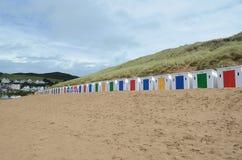 Stranden förlägga i barack på Woolacombe, norr Devon, England Royaltyfri Bild