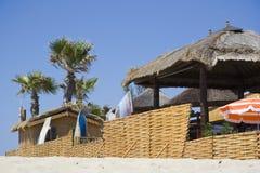 stranden förlägga i barack sainttropez Arkivfoto