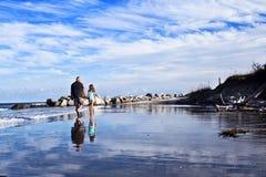 stranden går Royaltyfria Bilder