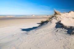 Stranden går nolla på den ändlösa breda sandiga stranden av den Norderney ön i Februari fotografering för bildbyråer