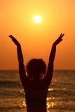 stranden hands raises som plattforer kvinnan royaltyfri bild