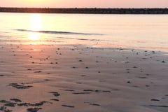 Stranden har många hål av krabbor Och det finns vaggar barriären i morgonen arkivfoto