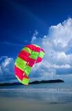 stranden hoppa fallskärm Royaltyfri Foto