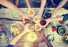 Stranden hurrar begrepp för matställe för berömkamratskapsommar roligt Fotografering för Bildbyråer