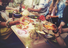 Stranden hurrar begrepp för matställe för berömkamratskapsommar roligt Arkivfoto
