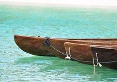 stranden kanotar nära bundet tillsammans Arkivfoton