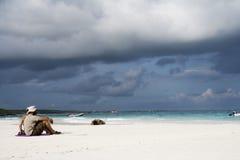 stranden kopplar av Fotografering för Bildbyråer