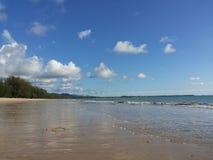 Stranden med blå himmel och vit fördunklar Arkivfoton