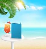 Stranden med gömma i handflatan coctailmenyn och moln Backgr för sommarsemester Arkivbild