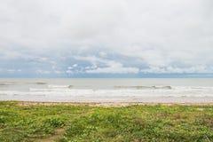 Stranden med gräs och havet med inget royaltyfria bilder