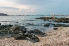 Stranden med många vaggar på denchung ön, Thailand royaltyfria bilder