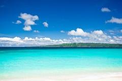 Stranden med turkos bevattnar och vitsanden royaltyfri bild