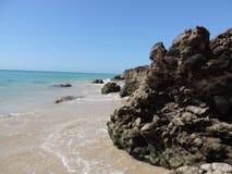 Stranden med vaggar royaltyfria foton
