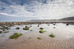 Stranden med vaggar i sanden på den Cayton fjärden, UK Fotografering för Bildbyråer