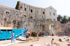Stranden nära väggarna av gamla Budva i Montenegro Arkivfoto