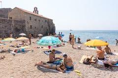 Stranden nära väggarna av gamla Budva, Montenegro Fotografering för Bildbyråer