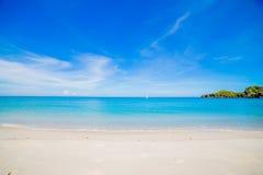 Stranden och det tropiska havet Royaltyfria Foton