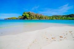 Stranden och det tropiska havet Arkivbild