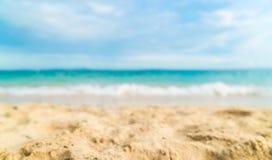 Stranden och havet för abstrakt suddighet landskap den härliga tropiska backgro Royaltyfria Foton