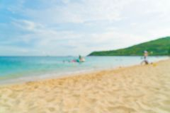 Stranden och havet för abstrakt suddighet landskap den härliga tropiska backgro Arkivbilder