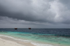 Stranden och havet på en molnig dag Royaltyfri Fotografi