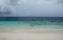 Stranden och havet på en molnig dag Arkivbild