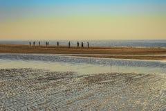 Stranden och havet på högvatten i inställningssolen i den norr holländska byn av Castricum vid havet i avståndet där ar Royaltyfria Foton