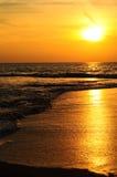 Stranden och solnedgången Arkivfoto