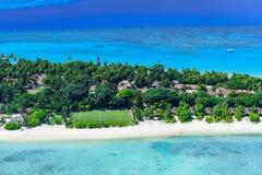 Stranden på gömma i handflatan semesterorten, den Maldiverna ön Arkivfoto