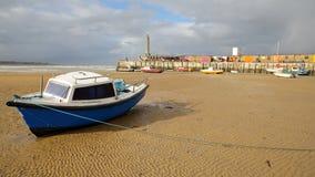 Stranden på lågvatten med att förtöja fartyg och den Margate hamnarmen i bakgrunden, Margate, Kent, UK Royaltyfri Bild