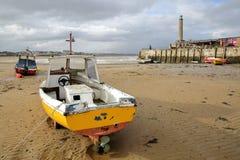 Stranden på lågvatten med att förtöja fartyg och den Margate hamnarmen på rätsidan, Margate, Kent, UK Royaltyfria Foton