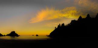 Stranden på solnedgången Royaltyfria Bilder
