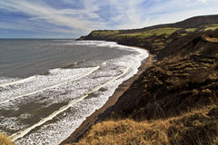 Stranden på studsar hålet, Robin Hoods Bay in mot Ravenscar Arkivfoto