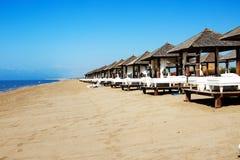 Stranden på det lyxiga hotellet Royaltyfri Bild