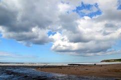 Stranden Portballintrae och flodBush bred flodmynning Arkivfoton