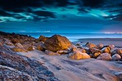 stranden portugal stenar solnedgång Royaltyfri Foto
