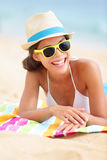 Stranden reser att le för kvinna Arkivbild