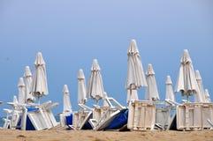 stranden rows paraplyer Fotografering för Bildbyråer