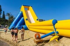Stranden semestrar offentliga ritter för glidbana för högt vatten Arkivbild