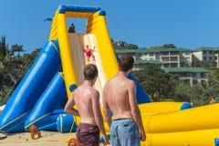 Stranden semestrar offentliga ritter för glidbana för högt vatten Royaltyfria Foton