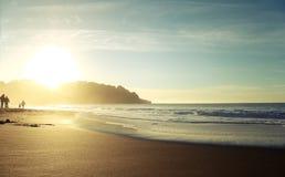 stranden silhouettes solnedgång Royaltyfri Foto