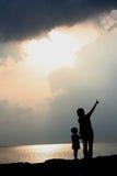 stranden silhouettes solnedgång Royaltyfri Fotografi