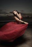 stranden skyler kvinnan Royaltyfria Bilder