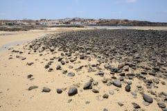 stranden svarta fuerteventura stenar vulkaniskt Royaltyfri Foto