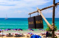 Stranden undertecknar - ta fram till sommarstranden Arkivbilder