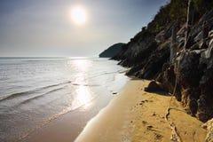 Stranden vaggar berget och havet Royaltyfri Fotografi
