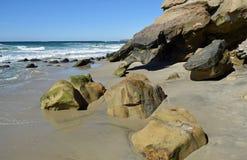 Stranden vaggar bildande på blåsångarekanjonstranden i södra Laguna Beach, Kalifornien Arkivfoto