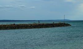 Stranden vaggar från avlägset royaltyfria foton