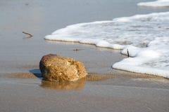 Stranden vaggar och vågen Royaltyfria Foton