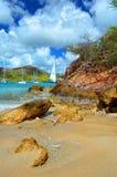 Stranden vaggar & segelbåtar, den Falmouth hamnen, Antigua, västra Indies arkivfoton